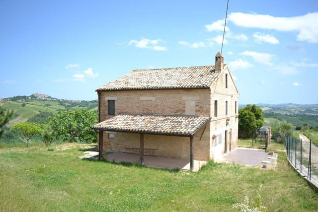 Farmhouse With Courtyard And Portico For Sale In Falerone