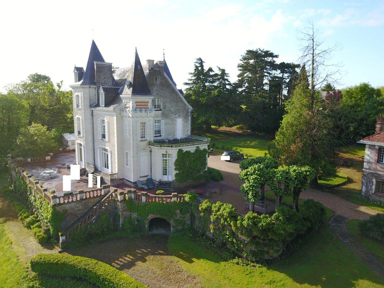 1ae98d9433 Castle for sale on 8 ha with outbuildings. Near Tours. Indre et Loire