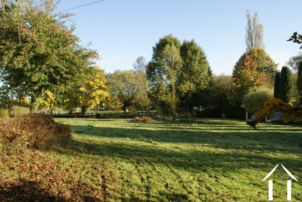 Maison de caract re avec beau jardin moulin for Beaux arbres de jardin